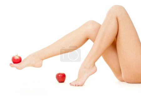 Photo pour Belle femme jambes isolées sur fond blanc - image libre de droit