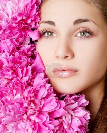 Photo pour Belle jeune fille avec des fleurs - image libre de droit