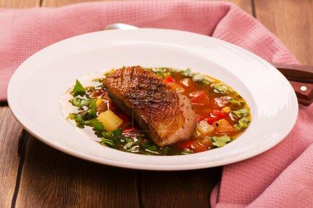 Photo pour Soupe espagnole de légumes chauds avec poitrine de canard. Style rustique. Image tonique - image libre de droit