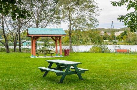 Photo pour Aire de loisirs avec tables de pique-nique et abris par temps nuageux - image libre de droit