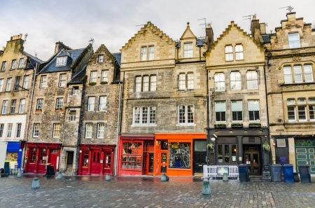 Photo pour Bâtiments historiques avec boutiques colorées dans le centre-ville d'Edimbourg - image libre de droit