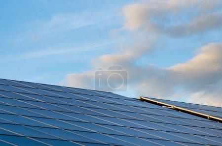 Photo pour Panneaux solaires pour la production d'électricité et bleu ciel. Énergies alternatives. - image libre de droit