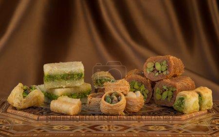 Photo pour Enveloppé de sucreries orientales du Moyen-Orient et la Turquie, de pistache et miel mélange sucre Bsairat - image libre de droit
