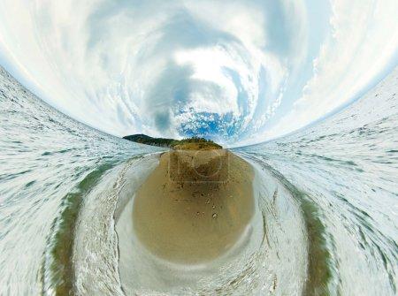 Photo pour Panorama stéréographique du lac Baïkal depuis les rochers de la plage en projection petite planète - image libre de droit
