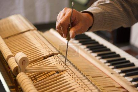 Photo pour Scène de décomposer le travail accordage du piano - image libre de droit