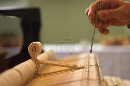Photo pour Scène pour décomposer le travail de syntonisation du piano - image libre de droit