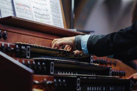 Photo pour Organiste jouant d'un orgue à pipe, vue rapprochée - image libre de droit