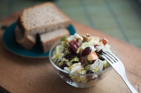 Vegetable salad with raisins