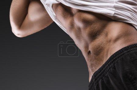 Photo pour Jeune homme musclé en bonne santé. Détail sportif. Presse . - image libre de droit