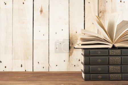 Photo pour Livre ouvert, les livres cartonnés sur table en bois. Contexte de l'éducation. Retour à l'école. Espace copie de texte - image libre de droit