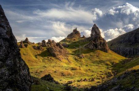 Photo pour Groupe de rock de The Storr d'intérieur, île de Skye, Ecosse - image libre de droit