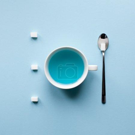 Photo pour Cubes de thé et de sucre bleus sur table. Art de cuisine de minimalisme - image libre de droit