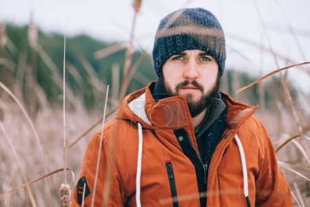 Photo pour Aventurier homme dans un lac d'hiver - image libre de droit