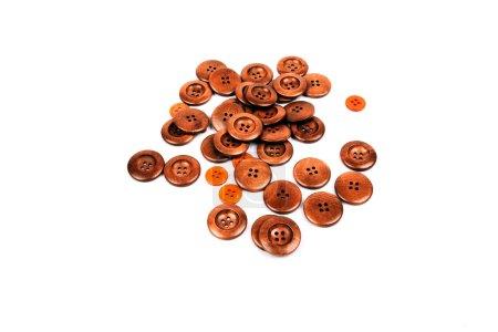 Photo pour Pile de boutons à coudre en bois sur fond blanc - image libre de droit