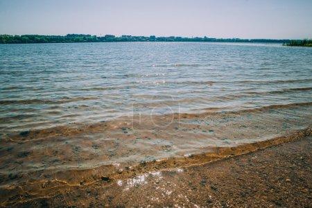 Photo pour Surface de l'eau au lever du soleil avec des rayons de soleil sur les vagues - image libre de droit