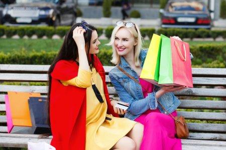 Photo pour Concept de personnes heureuses - belles femmes avec des sacs à provisions - image libre de droit