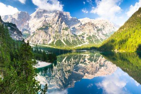 Photo pour Lac Braies également connu sous le nom de Lago di Braies. Le lac est entouré par les montagnes qui se reflètent dans l'eau. 1er point de la route de trekking Alta Via 1, Les Dolomites, Alpes, Tyrol du Sud, Italie . - image libre de droit