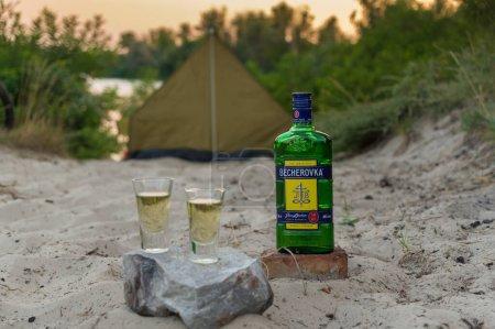 Photo pour Kiev, Ukraine - 7 août 2020 : L'original Becherovka. Repose avec des tentes et becherovka. Tente touristique sur la plage. Soirée sur la plage. - image libre de droit