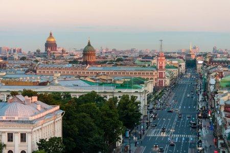 Vue de la matinée Nevsky Prospekt sans voitures à Saint-Pétersbourg. A l'horizon Cathédrale Saint Isaacs et Cathédrale Kazan