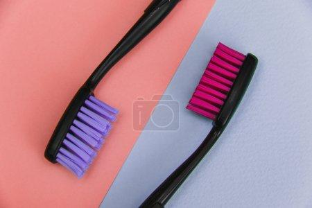 Photo pour Mode gros plan des brosses à dents de couleur folle sur fond pastel. Style de pose plat minimal . - image libre de droit