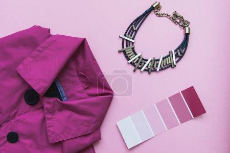 Photo pour Set de mode Flat lay : veste rose, accessoires et carte de couleur sur fond pastel rose - image libre de droit