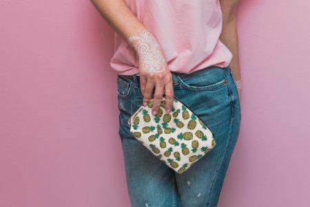 Photo pour Femme élégante avec sac à main dans la conception de palette rose . - image libre de droit