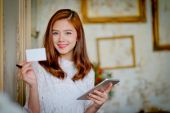 Úspěšné podnikání žena pracující v kanceláři, ukazuje prázdný název karty