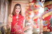 Asijské ženy v čínských šatů hospodářství společně  Happ