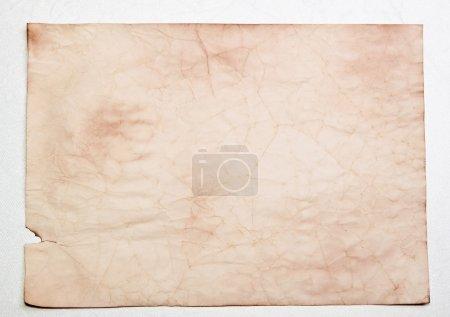 Foto de La hoja de pergamino antiguo, usada se encuentra en un fondo - Imagen libre de derechos