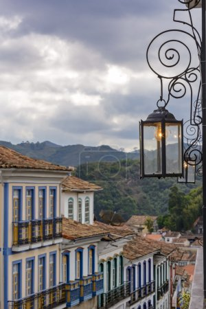 Photo pour Maisons avec lampe de poche et lumières dans la ville historique d'Ouro Preto à Minas Gerais - image libre de droit