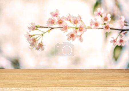 Foto de Madera mesa de desenfoque de fondo de flor - Imagen libre de derechos