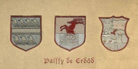 Photo pour Murs plâtrés avec trois anciennes armoiries - image libre de droit