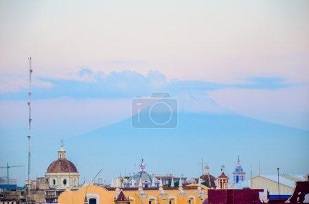 Foto de La vista del volcán en la mañana - Imagen libre de derechos