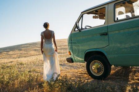Photo pour Souriant jeune hippie femme en minivan voiture - image libre de droit