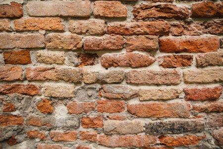 Photo pour Vieilles briques orange de mur de la ville - image libre de droit