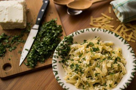 Photo pour Les nouilles sont un aliment de base dans de nombreuses cultures fait de pâte sans levain, qui est étiré, extrudé, ou laminé plat et y découper d'une variété de formes - image libre de droit