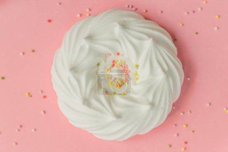 Photo pour Meringues d'air blanc maison et décorations de confiserie sur fond rose, bannière - image libre de droit