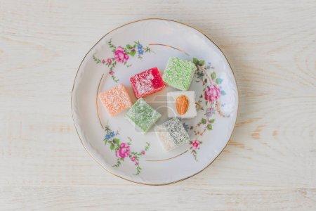 Photo pour Délice traditionnel turc sur une assiette. Assortiment de bonbons orientaux. Vue du dessus. - image libre de droit