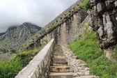 Kamenné schodiště, které stoupá do mraků