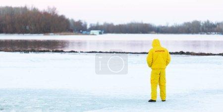 Photo pour Sauveteur sur la rive d'hiver de la rivière. Safet glacé - image libre de droit