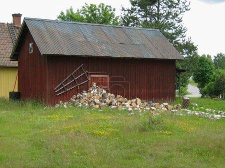 Une grange avec du bois de chauffage quelque part dans le Varmland, Suède