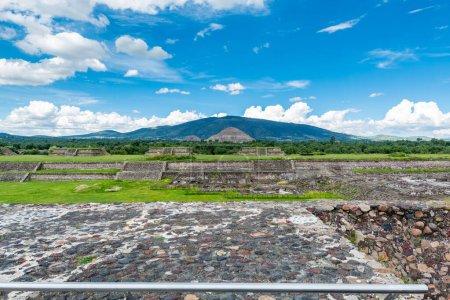Ruinas de las pirámides mesoamericanas arquitectónicamente significativas con Pirámide del Sol, el edificio más grande de Teotihuacán, una antigua ciudad mesoamericana ubicada en un subvalle del Valle de México