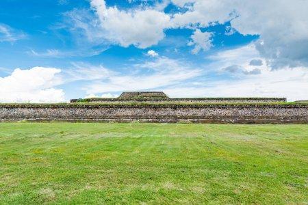 Ruinas de las pirámides mesoamericanas arquitectónicamente significativas y pastizales verdes ubicadas en Teotihuacán, una antigua ciudad mesoamericana ubicada en un subvalle del Valle de México