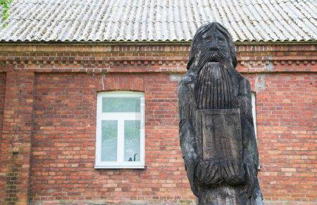 Photo pour Statue sculptée en bois ancienne religion dans l'est de l'Estonie, près du lac Peipus (Peipsi ) - image libre de droit