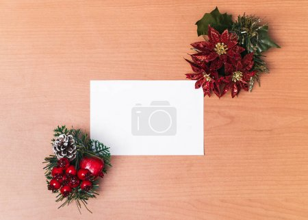 Photo pour Carte postale en papier de Noël avec fond en bois, célébrations du Nouvel An à remplir. - image libre de droit