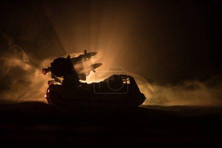 Concepto de guerra. Escena de batalla con lanzacohetes dirigida al cielo sombrío por la noche. Vehículo cohete listo para atacar el fondo nublado de la guerra. Enfoque selectivo